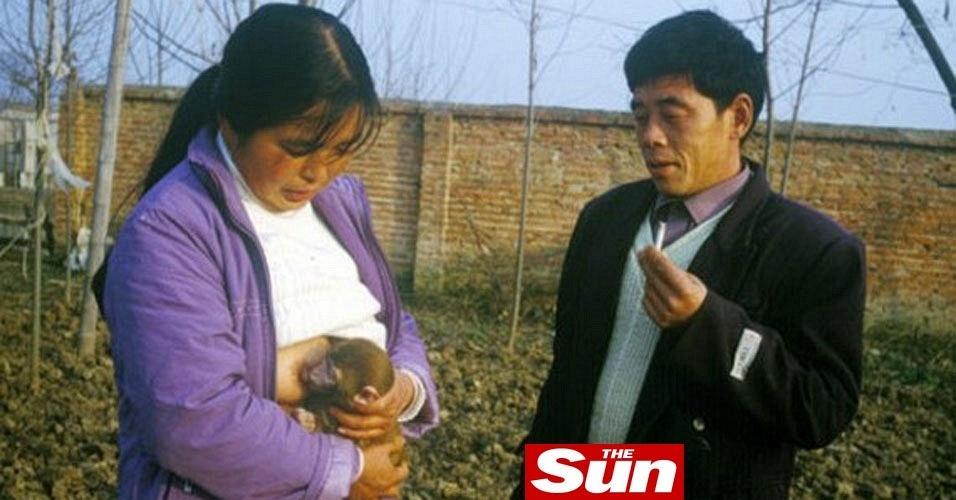 Mulher dá peito para macacos mamarem na China