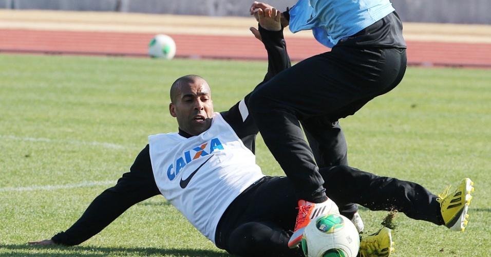 08.dez.2012 - Emerson Sheik dá carrinho durante treino do Corinthians no Japão