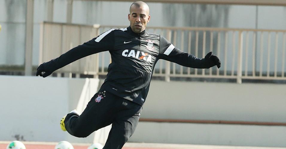 08.dez.2012 - Emerson Sheik tenta a finalização durante treino do Corinthians no Japão