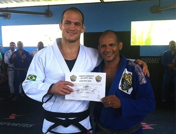 08.dez.2012 - Júnior Cigano recebe sua faixa preta em jiu-jítsu, antes de enfrentar Velásquez no UFC 155