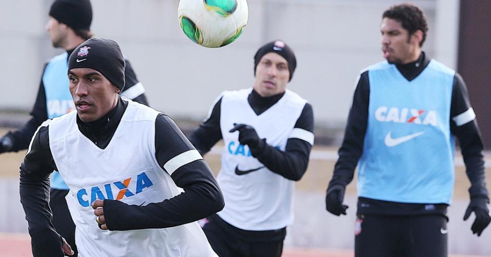 08.dez.2012 - Paulinho corre durante treino do Corinthians no Japão