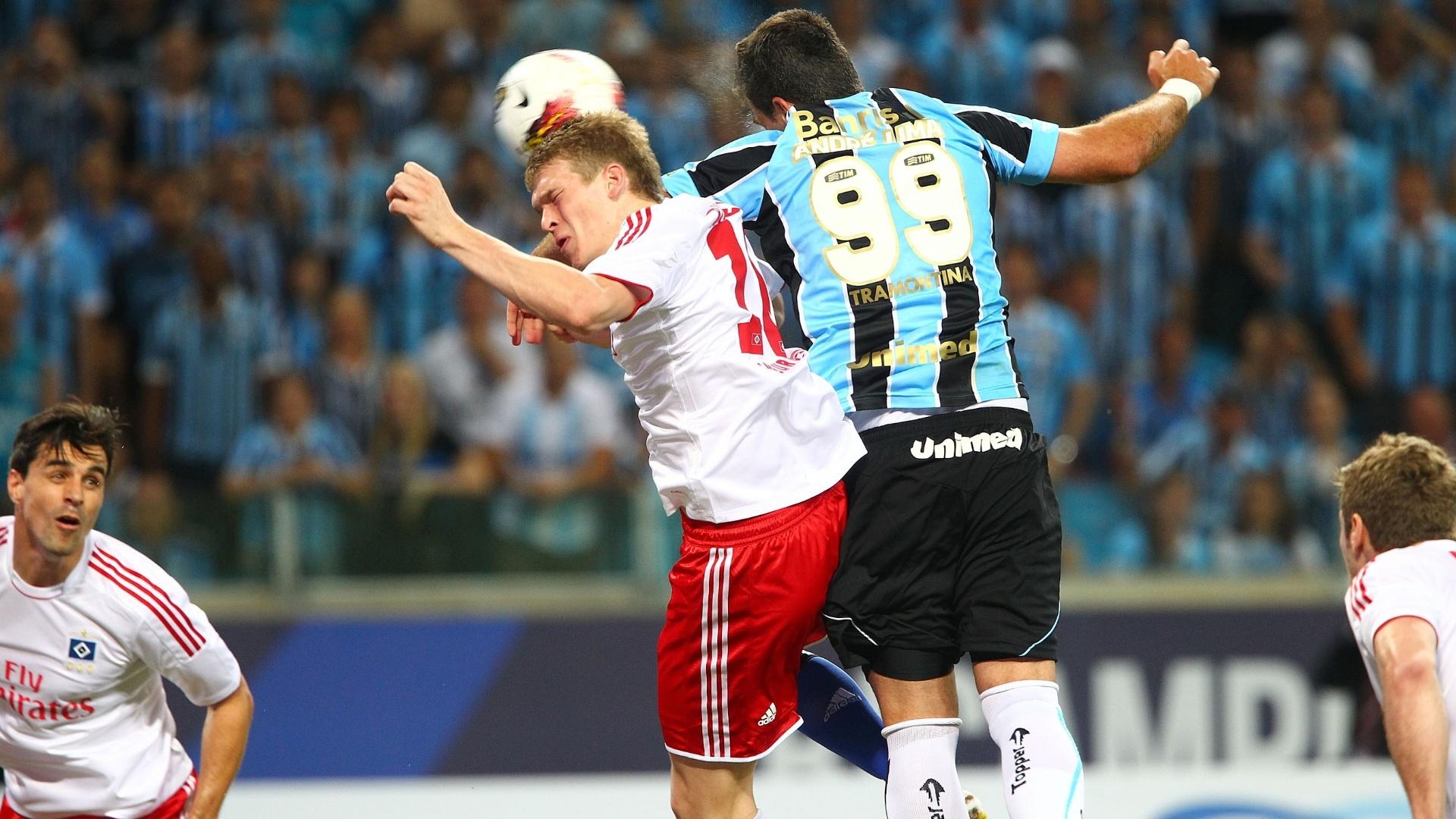 08.dez.2012- André Lima disputa bola de cabeça com Rudnevs, do Hamburgo, durante partida de inauguração da Arena do Grêmio