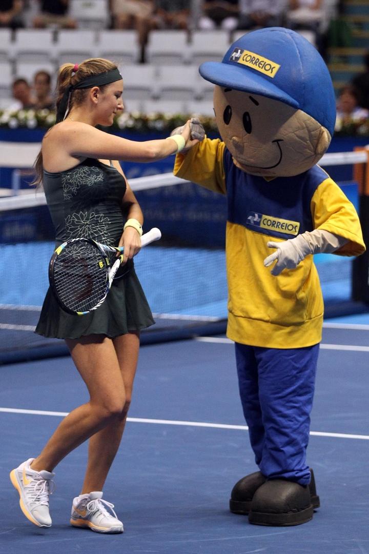 08dez2012-azarenka-brinca-com-mascote-du