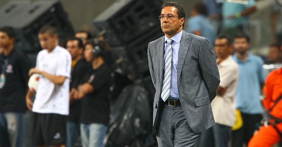 08.dez.2012-Técnico Vanderlei Luxemburgo observa jogo entre Grêmio e Hamburgo, a partida de inauguração da Arena do Grêmio