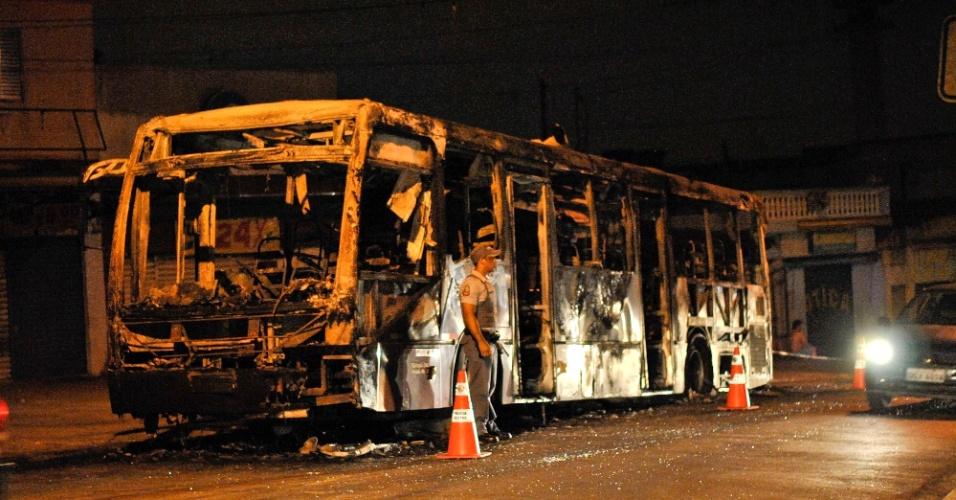 7.dez.2012 - Ônibus fica destruído após ser incendiado na altura do número 5000 da avenida Guarapiranga, no bairro do Socorro, zona sul de São Paulo