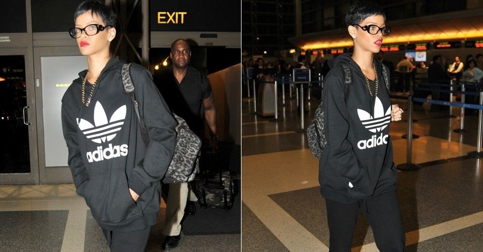 8.dez.2012 - Usando culos de grau, Rihanna embarca no aeroporto de Los Angeles