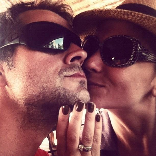 8.dez.2012 - Giovanna Antonelli publicou uma foto em um momento carinhoso com o marido, Leonardo Nogueira, em seu perfil no Twitter