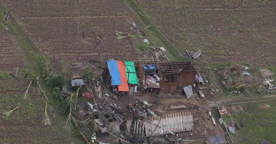 8.dez.2012 - Imagem aérea mostra área devastada em povoado no vale Compostela, no sul das Filipinas, após a passagem do tufão Bopha. Equipes de resgate buscam entre a terra e destroços por corpos de algum dos mais de 400 desaparecidos. O total de mortos já passou de 500