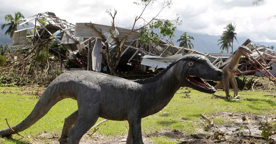 8.dez.2012 -Estátua de dinossauro é arrastada após a passagem do tufão Bopha na cidade de New Bataan, no sul das Filipinas