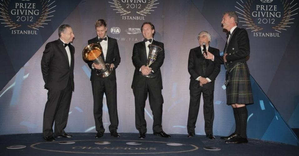 07.dez.2012 - David Coulthard usa tradicionais saias escocesas na premiação, que teve Sebastian Vettel, campeão de 2012, em destaque