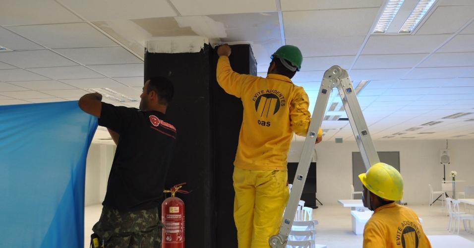 Funcionários da OAS dão retoque na pintura de pilares da Arena do Grêmio (08/12/12)