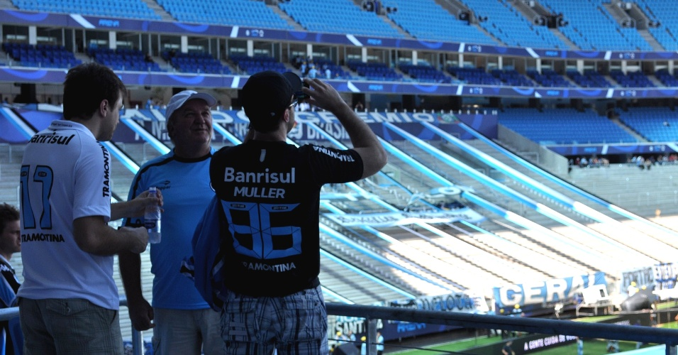 Gremistas tiram fotos da Arena após conseguir acesso antes do horário previsto (08/12/12)
