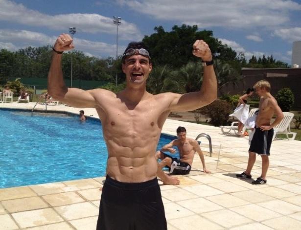 Jogadores do Hamburgo fazem festa na piscina antes de inaugurar estádio do Grêmio