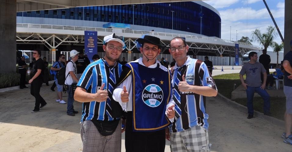 Torcedores do Grêmio fantasiados para inauguração da Arena