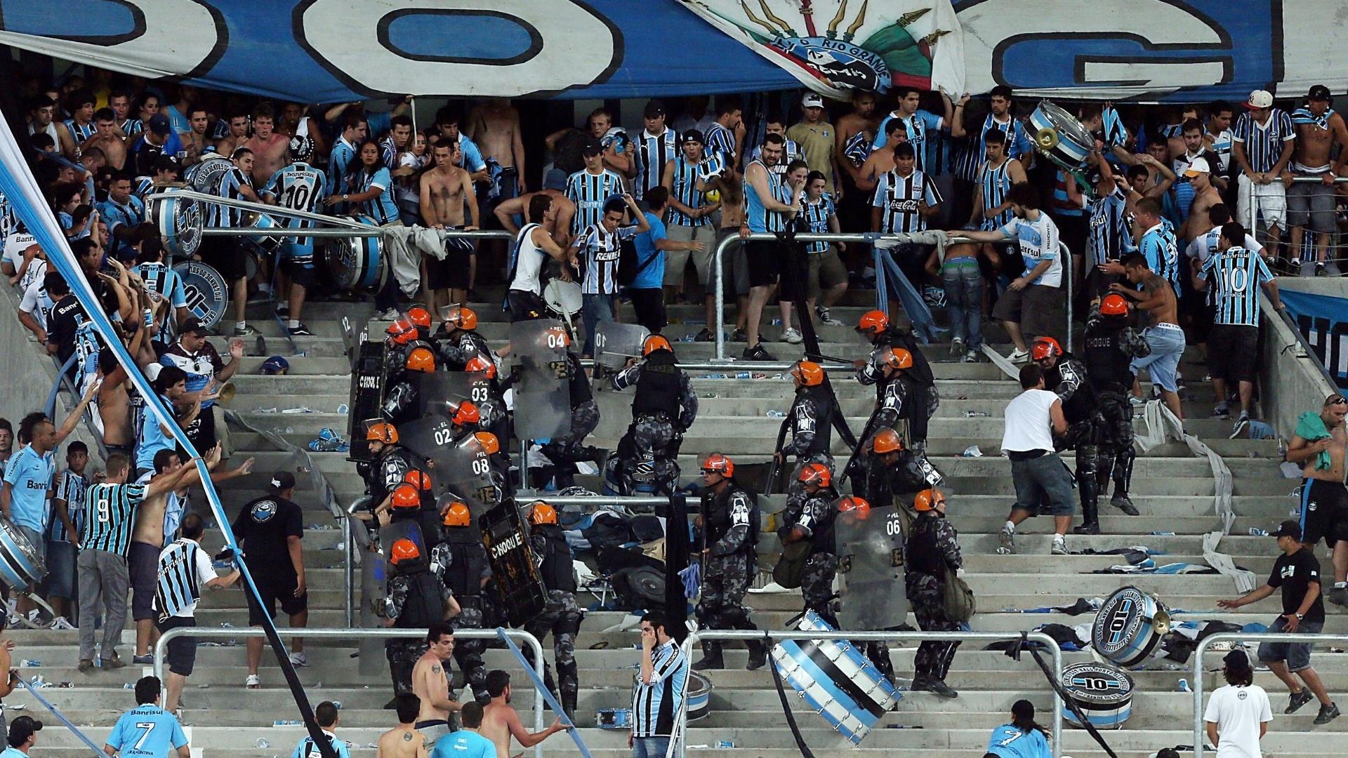 08.dez.2012 - Policiais agem para separar confusão durante a inauguração da Arena do Grêmio