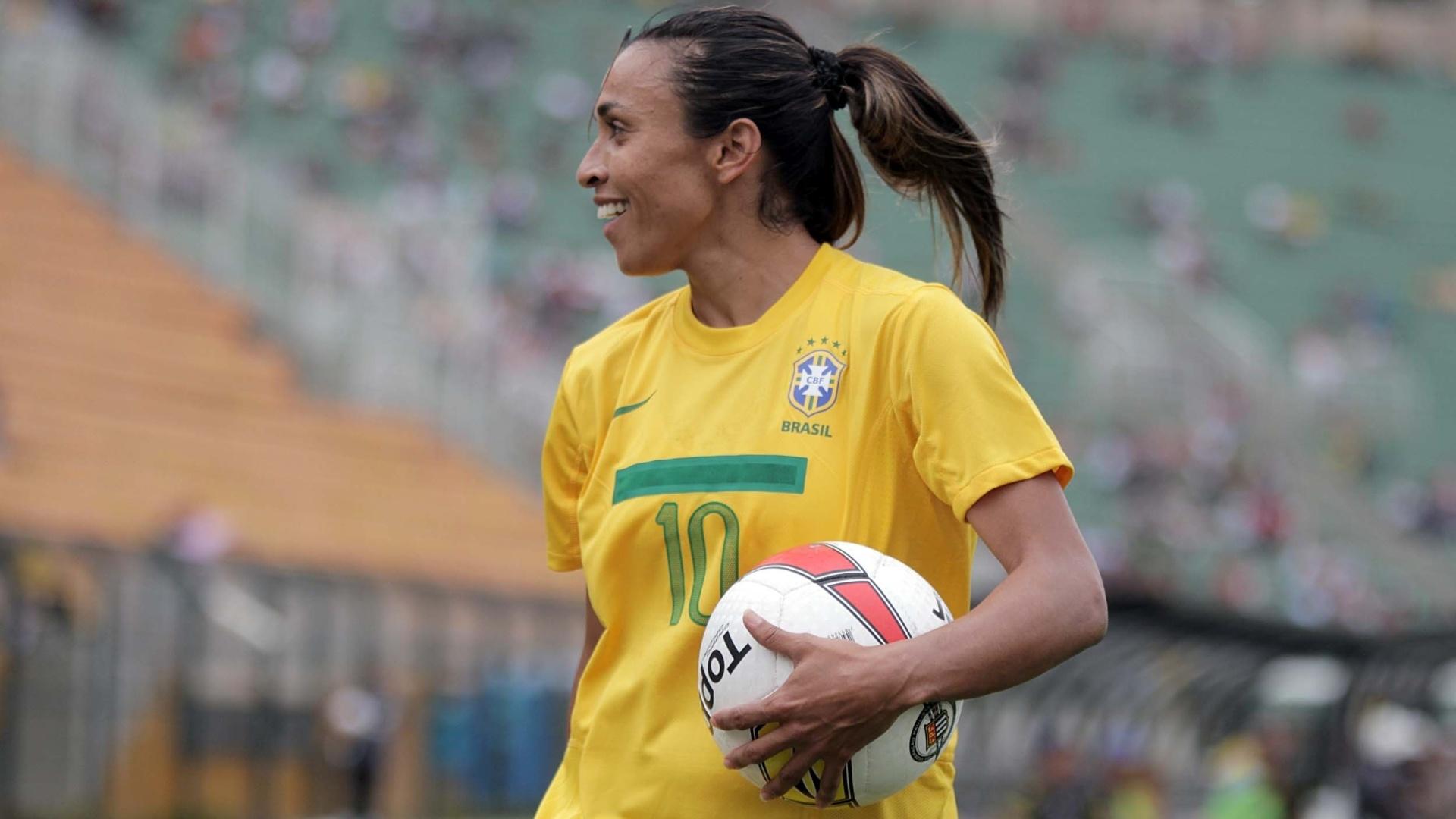 09/12/12 - Marta se diverte durante jogo entre Brasil e Portugal, no Estádio do Pacaembu