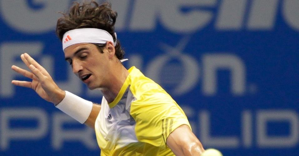 09.dez.2012-Belluci dá 'slice' próximo à rede durante partida de exibição contra Tommy Robredo pelo Federer Tour em São Paulo