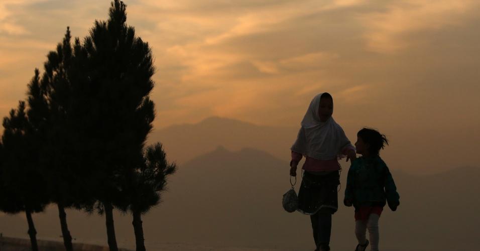 9.dez.2012 - Crianças andam ao por do sol em Cabul, no Afeganistão