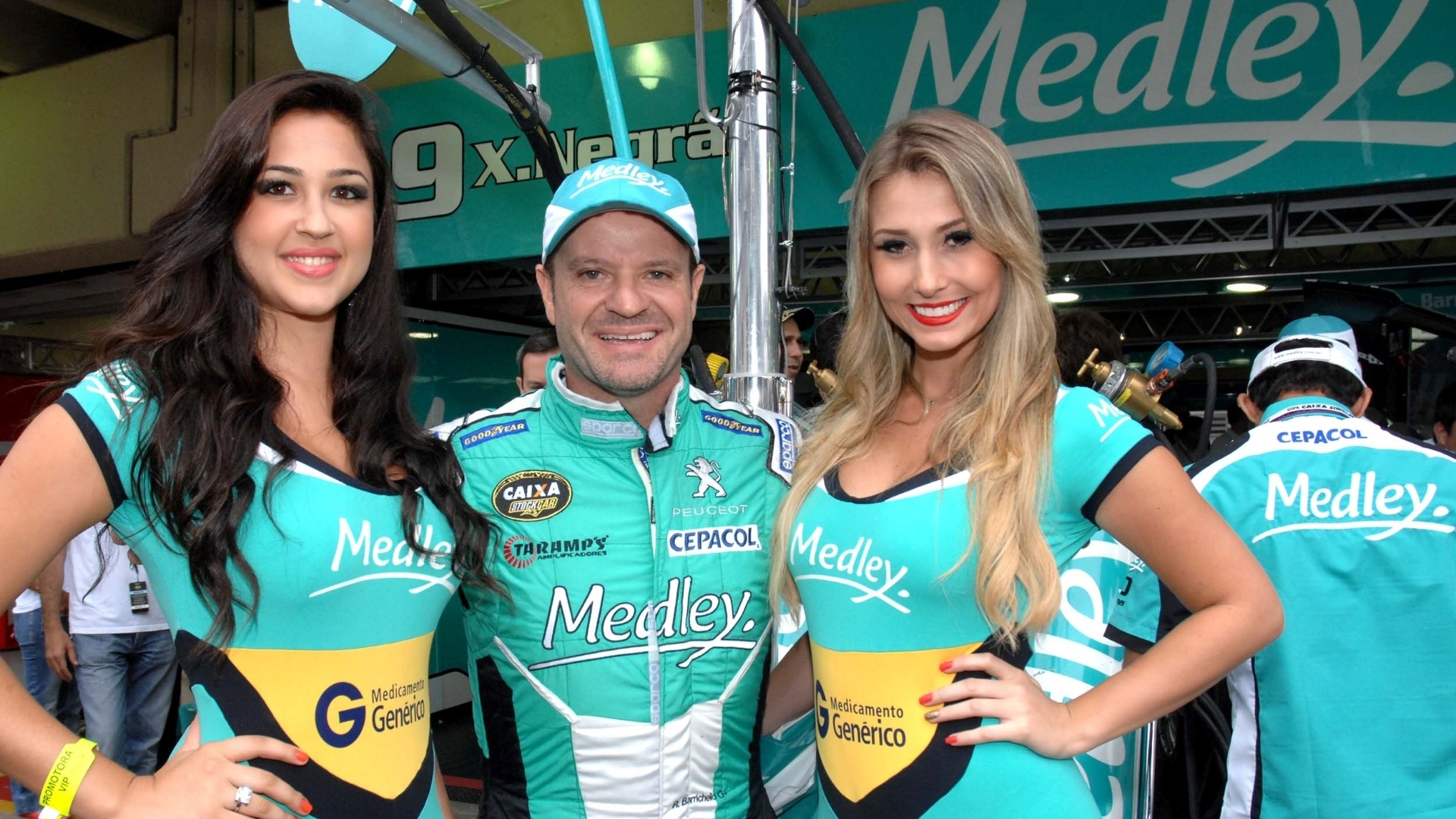Rubens Barrichello posa ao lado das grid girls da sua equipe antes da Corrida do Milho