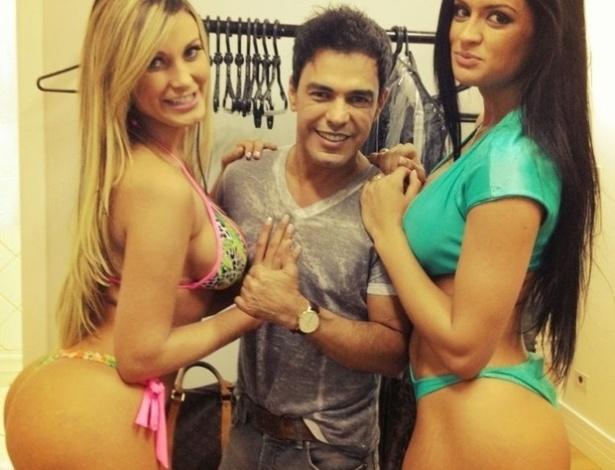 Andressa Urach (à esq) publicou uma foto com Zezé Di Camargo ao lado de Camila Vernaglia, sua concorrente no concurso Miss Bumbum.
