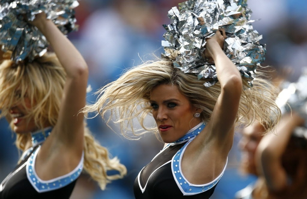 09.dez.2012 -  Cheerleaders do Carolina Panthers se apresentam no intervalo de partida da equipe neste domingo