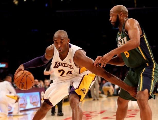 09.dez.2012 - Kobe Bryant disputa jogada pelos Lakers, em partida contra o Jazz