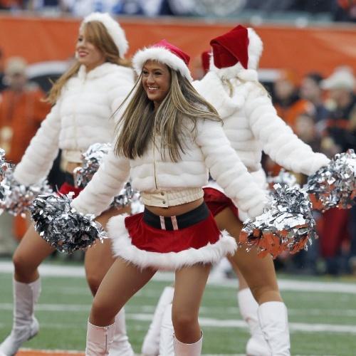 09.dez.2012 Cheerleaders do  Cincinnati Bengals se apresentam em clima natalino na rodada de NFL deste domingo