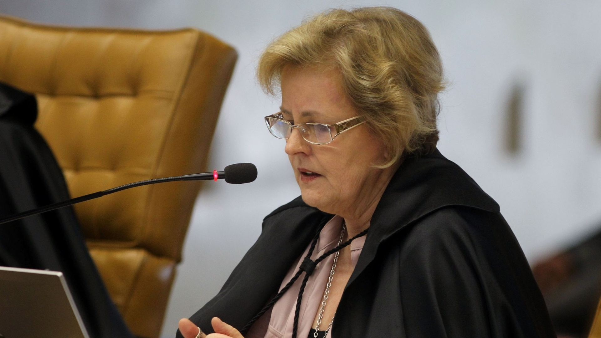 10.dez.2012 - A ministra Rosa Weber participa de sesso no STF que discute se caber  corte ou  Cmara definir a perda de mandato dos deputados federais condenados no processo do mensalo