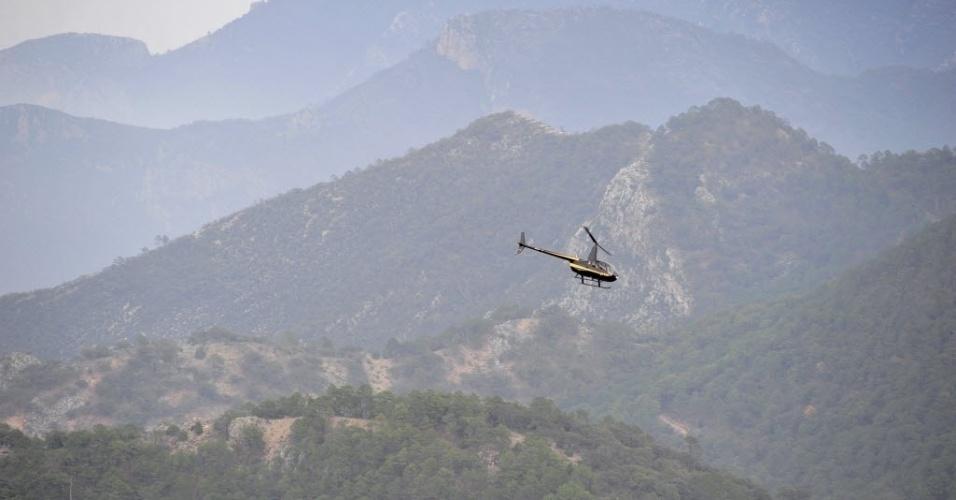 10.dez.2012 - Helicóptero sobrevoa área no município de Iturbide (México), onde um avião caiu e deixou sete pessoas mortas, entre elas a cantora mexicano-americana Jenni Rivera