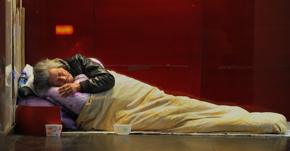 10.dez.2012 - Idoso dorme em rua de Hefei, na província de Anhui, na China