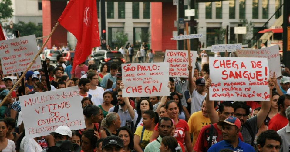 10.dez.2012 - Manifestantes se reúnem no vão livre do Masp, na avenida Paulista, em São Paulo (SP), para protestar contra a violência policial e injustiça social. Nesta segunda é celebrado o Dia Internacional dos Direitos Humanos