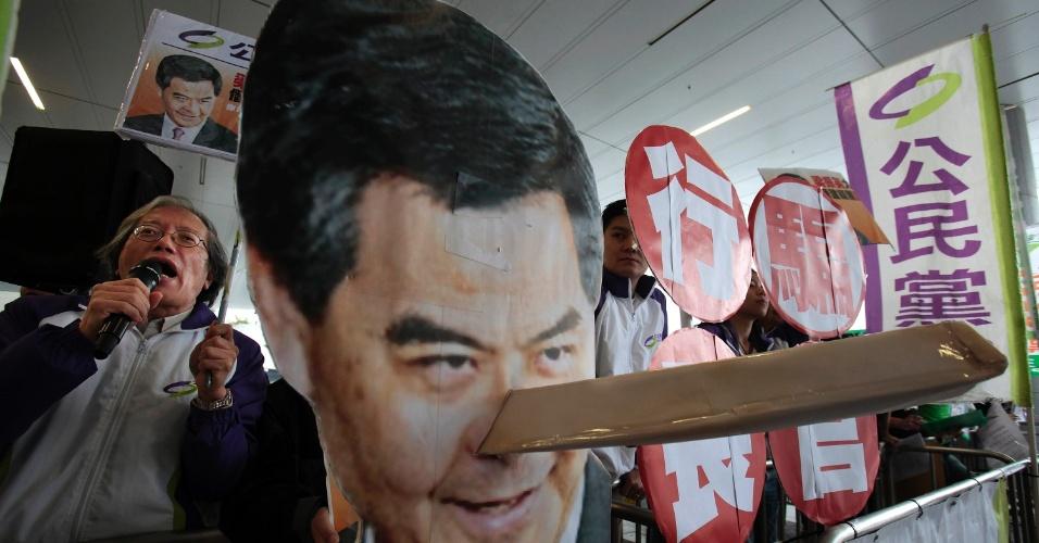 10.dez.2012 - Manifestantes protestam em frente ao Conselho Legislativo de Hong Kong contra o chefe executivo da região, Leung Chun-ying, acusado de ilegalidades em sua administrção