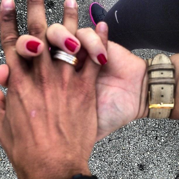 """10.dez.2012 - Neymar posta foto misteriosa no Twitter com a mensagem """"Passeando com meu amor"""", sem revelar a identidade da moça que o acompanha nos EUA"""