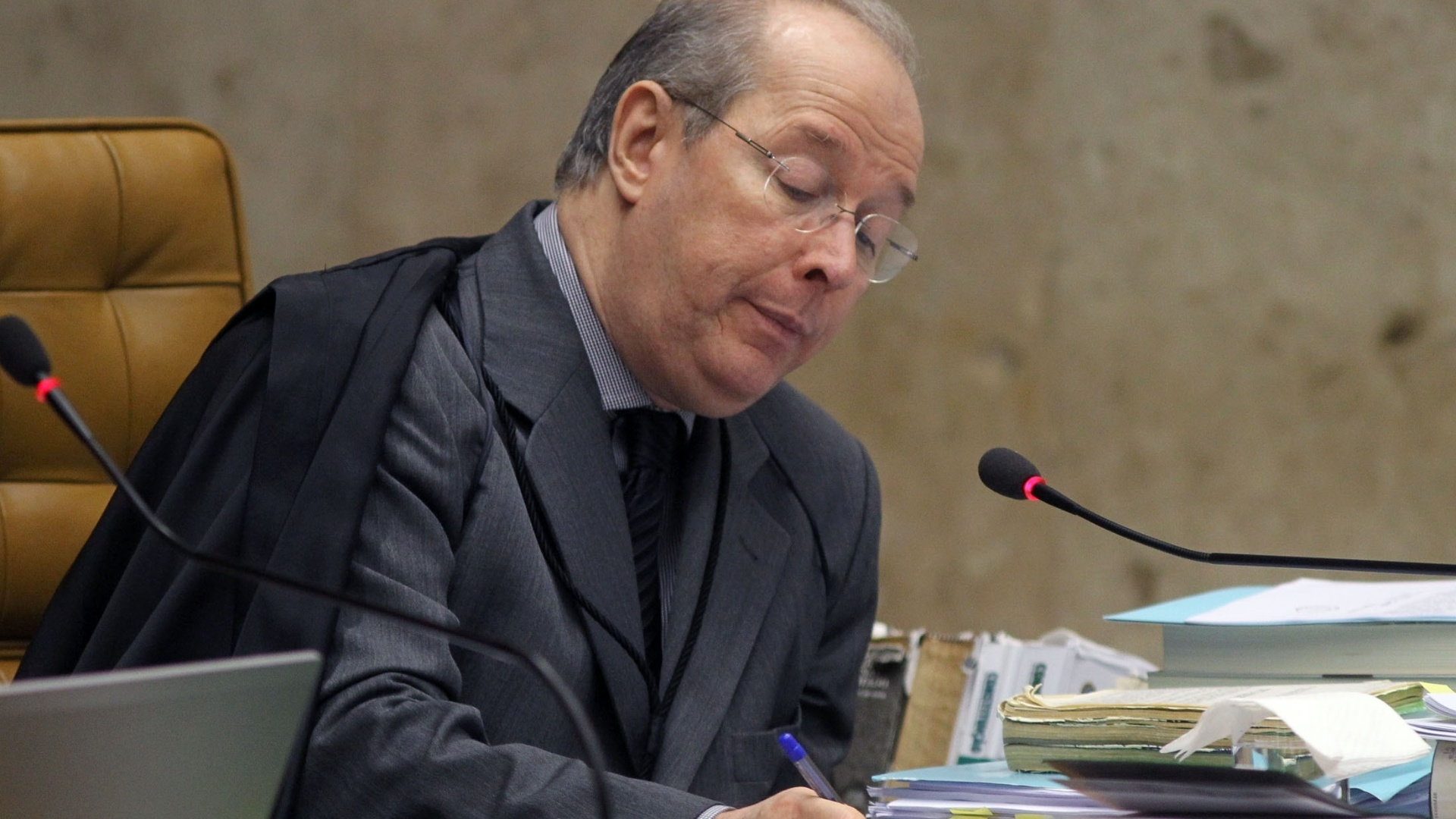 10.dez.2012 - O ministro Celso de Mello participa de sesso do julgamento do mensalo que analisa se cabe ao STF determinar a perda de mandato dos deputados condenados no processo