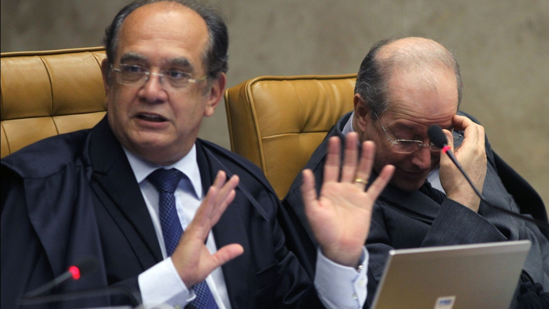 10.dez.2012 - O ministro do STF Gilmar Mendes ( esq.) e o ministro Celso de Mello participam de sesso de julgamento do mensalo na qual  discutida se cabe ao STF determinar a perda de mandato dos deputados condenados no processo