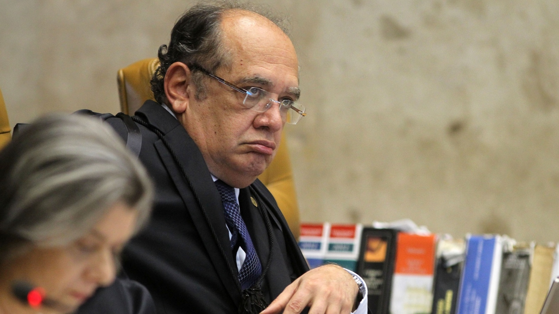10.dez.2012 - O ministro do STF Gilmar Mendes (ao fundo) participa de sesso de julgamento do mensalo na qual  discutida se cabe ao STF determinar a perda de mandato dos deputados condenados no processo