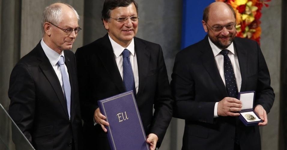 10.dez.2012 - O presidente da Comissão Europeia, José Manuel Barroso (centro.), o presidente do Conselho Europeu, Herman Van Rompuy (esq.), e o presidente do Parlamento Europeu, Martin Schulz (dir.), participam da cerimônia de entrega do Prêmio Nobel da Paz, em Oslo, na Noruega