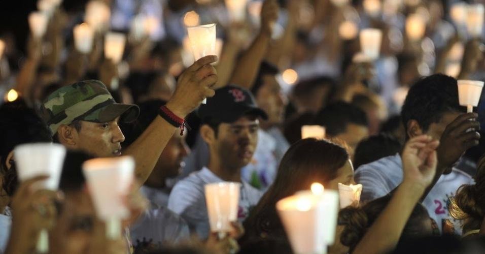 10.dez.2012 - Pessoas seguram velas durante cerimônia realizada em Manágua (Nicarágua) para rezar pela saúde do presidente da Venezuela, Hugo Chávez