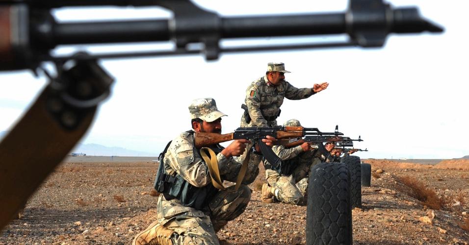 10.dez.2012 - Policiais afegão participam de treinamento na cidade de Herat, no Afeganistão