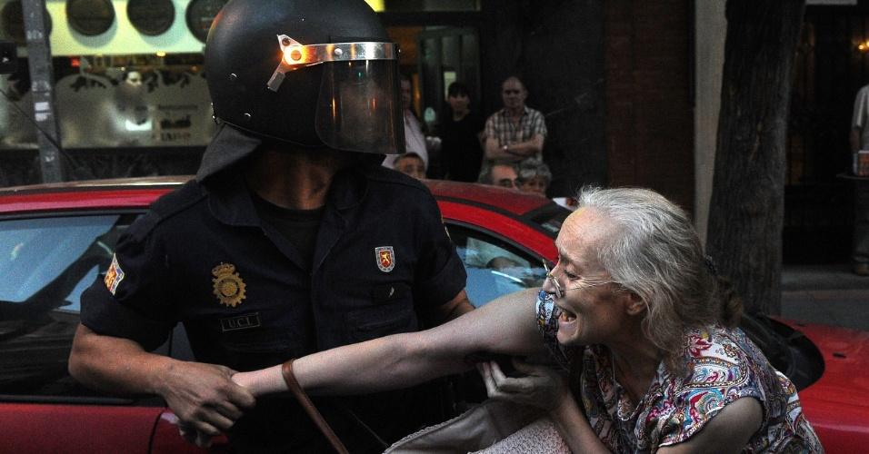 10.dez.2012 - Policial prende mulher durante protesto contra cortes sociais em Madri, na Espanha
