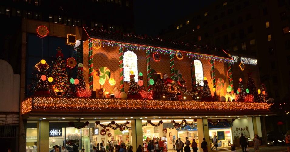 10.dez.2012 - Shopping localizado na avenida Paulista em São Paulo (SP) tem decoração de Natal iluminada na noite desta segunda-feira