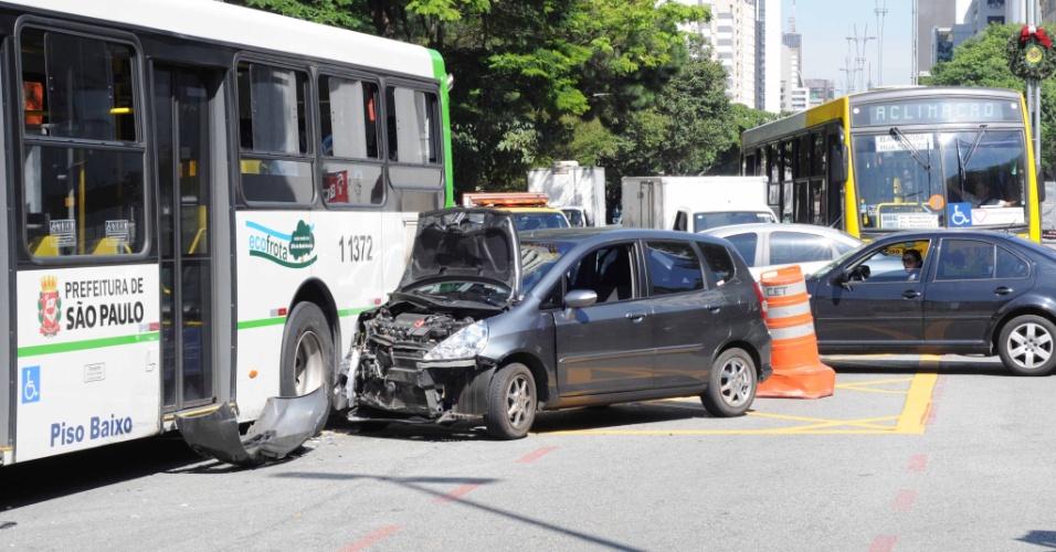 10.dez.2012 - Um ônibus e dois envolveram em um acidente no cruzamento da Avenida