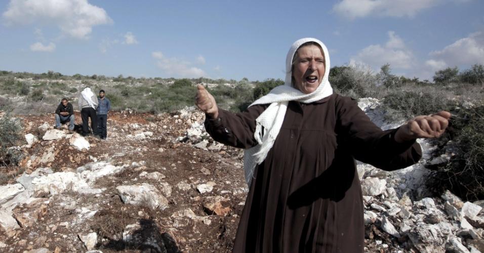 10.dez.2012 - Uma mulher palestina reclama após a companhia de eletricidade de Israel derrubar suas oliveiras para instalar novos postes, no povoado de Haja, na Cisjordânia