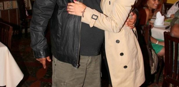 9.dez.2012 - A atriz Carolina Dieckmann organizou um encontro com seus fãs na churrascaria Porcão, da Barra da Tijuca, no Rio de Janeiro, onde também estava o cantor Zeca Pagodinho. Além de vários presentes, uma fã fez uma tatuagem em homenagem a Dieckmann