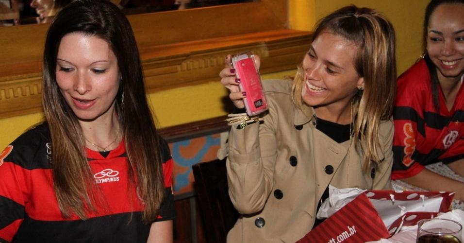 9.dez.2012 - A atriz Carolina Dieckmann organizou um encontro com seus fãs na churrascaria Porcão, da Barra da Tijuca, no Rio de Janeiro. Além de vários presentes, uma fã fez uma tatuagem em homenagem a Dieckmann