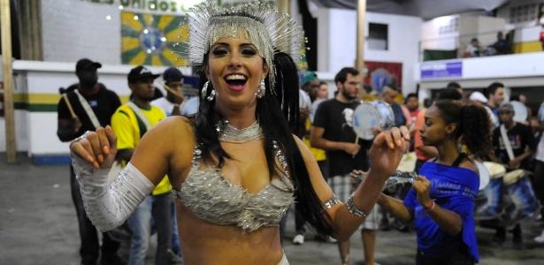 9.dez.2012 - A madrinha da Unidos do Peruche, Dani França, samba durante evento na quadra da agremiação na zona norte de São Paulo
