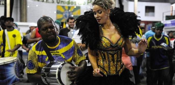 9.dez.2012 - A russa Lola Melnick, rainha da bateria da Unidos do Peruche, samba durante evento na quadra da agremiação na zona norte de São Paulo