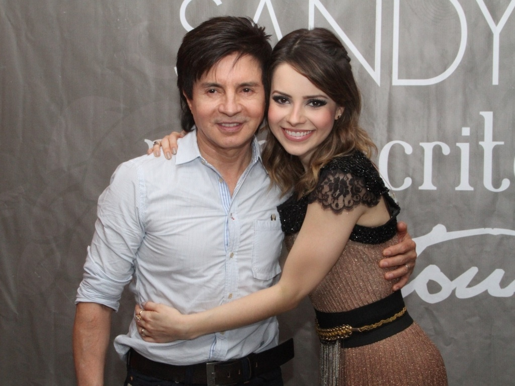 9.dez.2012 - Sandy e seu pai Xoror em seu ltimo show do lbum solo 