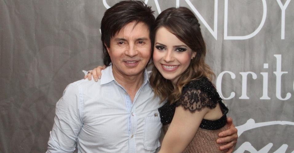 9.dez.2012 - Sandy e seu pai Xororó em seu último show do álbum solo