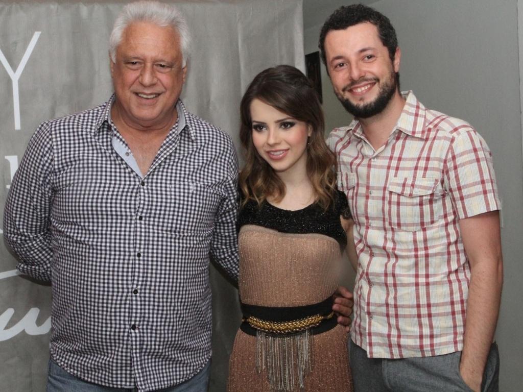 9.dez.2012 - Sandy recebe Antonio Fagundes e o diretor Marco Dutra, de seu filme